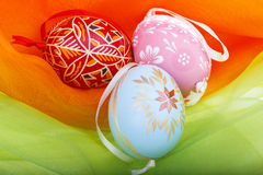 Primer de los huevos de Pascua en el terciopelo colorido Fotos de archivo