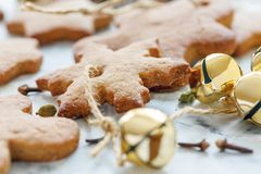 Primer de los juguetes de la Navidad del pan de jengibre y de las campanas de oro Fotos de archivo libres de regalías