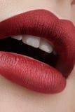 Primer de los labios de la mujer con maquillaje del rojo de la moda Boca femenina hermosa, labios llenos con maquillaje perfecto  Foto de archivo libre de regalías