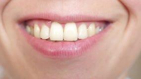 Primer de los labios del beso Sonrisa hermosa de una mujer joven primer sonriente de los dientes y de los labios de la muchacha metrajes