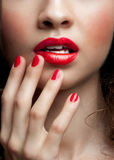 Primer de los labios del rojo de la mujer Imagenes de archivo
