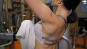 Primer de los músculos traseros Contratan a la muchacha hermosa en el simulador 4K MES lento metrajes