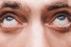 Primer de los ojos azules de un hombre asustado Fotografía de archivo