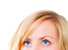 Primer de los ojos de la mujer que miran para arriba sobre blanco Imágenes de archivo libres de regalías