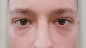 Primer de los ojos del ` un s del hombre almacen de video