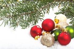 Primer de los ornamentos rojos y verdes de la Navidad Fotos de archivo libres de regalías