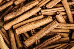 Primer de los palillos de canela en el mercado en Kochi Imagen de archivo libre de regalías