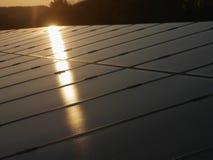Primer de los paneles solares en luz del sol Fotos de archivo libres de regalías