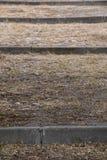 Primer de los pasos del cemento y de la suciedad foto de archivo libre de regalías