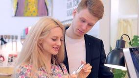 Primer de los perfumes hermosos jovenes y de las fragancias de la prueba de los pares almacen de metraje de vídeo