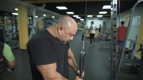 Primer de los pesos de elevación de un hombre muscular almacen de video