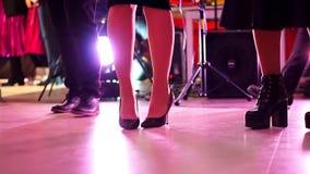 Primer de los pies de las mujeres que bailan a gente en la sala de baile almacen de video