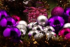 Primer de los regalos hermosos de la Navidad Sorpresas de la Navidad Regalos con las bolas de la Navidad Fotos de archivo