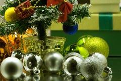 Primer de los regalos hermosos de la Navidad Sorpresas de la Navidad Regalos con las bolas de la Navidad Foto de archivo libre de regalías