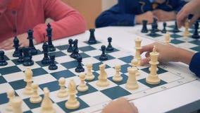 Primer de los tableros de ajedrez Niños que juegan a ajedrez almacen de metraje de vídeo