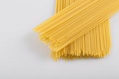 Primer de los tallarines crudos del espagueti Fotos de archivo