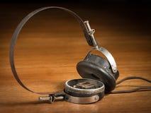 Primer de los teléfonos rotos viejos del oído del vintage Fotos de archivo