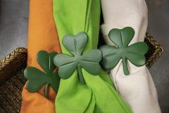 Primer de los tenedores de la servilleta del trébol del día de Patricks del santo en servilletas anaranjadas brillantes del verde fotos de archivo libres de regalías