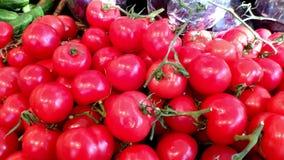Primer de los tomates rojos frescos en un escaparate del supermercado, concepto de consumición sana almacen de video