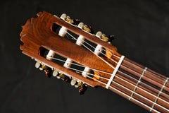 Primer de los trastes de la guitarra acústica, del fretboard, de sintonizadores, del cabezal y de la barra del braguero imagenes de archivo