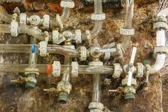 Primer de los tubos viejos del abastecimiento de agua Foto de archivo