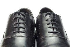 Primer de los zapatos de cuero negros clásicos del ` s de los hombres aislados en el fondo blanco Imagen de archivo libre de regalías