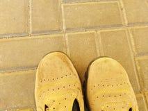 Primer de los zapatos de trabajo protectores a proteger contra accidentes en la fábrica fotos de archivo