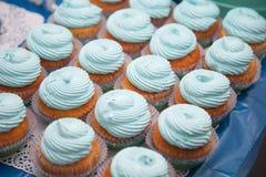 Primer de magdalenas azules Foco selectivo Invitación sabrosa de la fiesta de bienvenida al bebé del mollete del concepto de la c Fotos de archivo libres de regalías