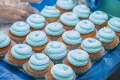 Primer de magdalenas azules Foco selectivo Invitación sabrosa de la fiesta de bienvenida al bebé del mollete del concepto de la c Imagenes de archivo