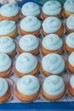 Primer de magdalenas azules Foco selectivo Invitación sabrosa de la fiesta de bienvenida al bebé del mollete del concepto de la c Imagen de archivo libre de regalías