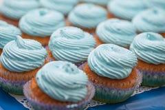 Primer de magdalenas azules Foco selectivo Invitación sabrosa de la fiesta de bienvenida al bebé del mollete del concepto de la c Foto de archivo libre de regalías