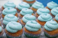 Primer de magdalenas azules Foco selectivo Invitación sabrosa de la fiesta de bienvenida al bebé del mollete del concepto de la c Imagen de archivo