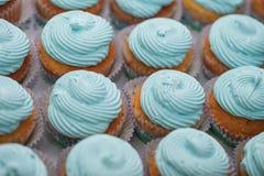 Primer de magdalenas azules Foco selectivo Invitación sabrosa de la fiesta de bienvenida al bebé del mollete del concepto de la c Fotografía de archivo libre de regalías