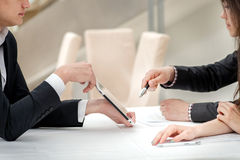 Primer de manos con la tableta y el ordenador portátil Hombres de negocios en recopilaciones Imagen de archivo