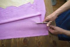 Primer de manos de la costurera Foto de archivo