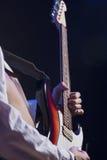 Primer de manos del guitarrista masculino Fotografía de archivo