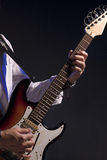 Primer de manos del guitarrista masculino Fotos de archivo libres de regalías