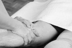 Primer de manos del quiropráctico, fisioterapeuta que hace mus del becerro Imagen de archivo libre de regalías