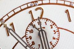 Primer de manos en cara de reloj Imagenes de archivo