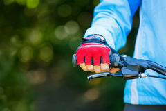 Primer de manos en guantes protectores rojos Foto de archivo libre de regalías