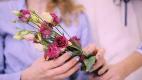 Primer de manos femeninas con las flores metrajes