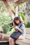 Primer de manos femeninas usando el teléfono elegante moderno mientras que trabaja, Imágenes de archivo libres de regalías