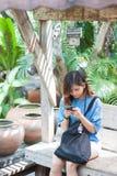 Primer de manos femeninas usando el teléfono elegante moderno mientras que trabaja, Foto de archivo