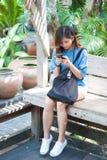 Primer de manos femeninas usando el teléfono elegante moderno mientras que trabaja, Foto de archivo libre de regalías