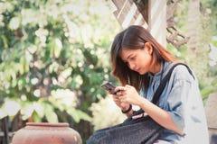 Primer de manos femeninas usando el teléfono elegante moderno mientras que trabaja, Fotos de archivo