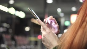 Primer de manos femeninas usando smartphone en ciudad de la noche
