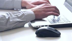 Primer de manos y del teclado Vendedor que trabaja en el ordenador portátil almacen de metraje de vídeo