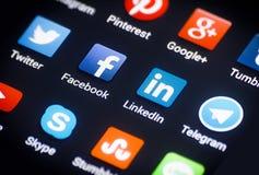 Primer de medios iconos sociales en la pantalla androide del smartphone. Fotografía de archivo