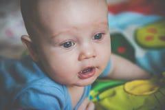Primer de mentira del pequeño bebé adorable fotos de archivo
