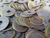 Primer de monedas chinas antiguas fotos de archivo